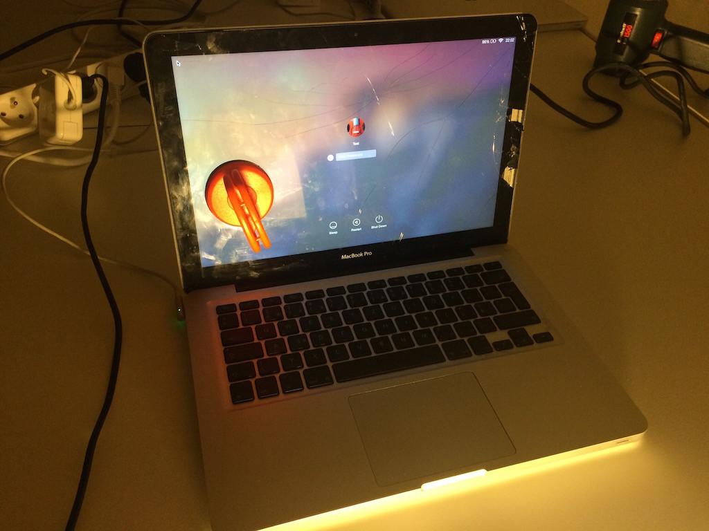 MacBook_praskle_sklo_1