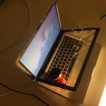 MacBook Pro s prasklým sklem displeje – akce noční výměna