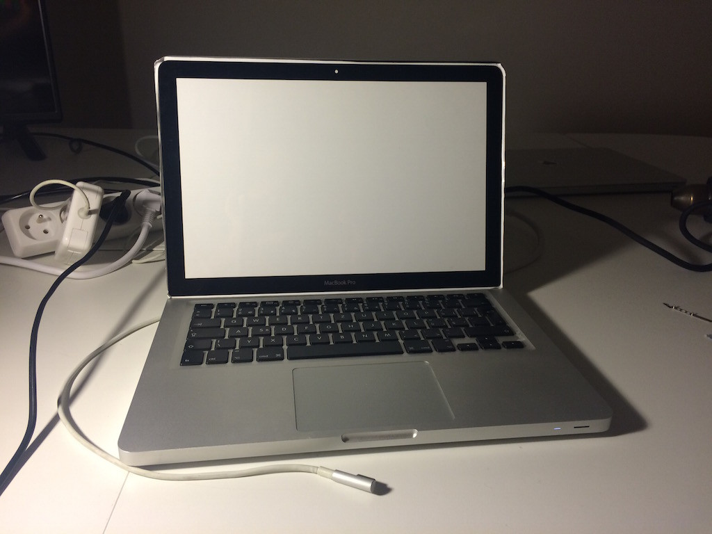 MacBook_praskle_sklo_6